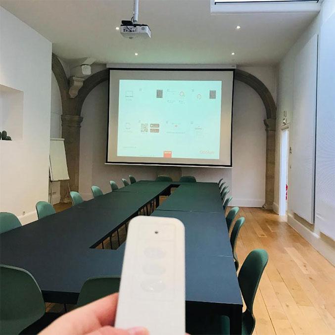 système de projection dans une salle de réunion