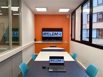 salle de réunion avec un écran interactif
