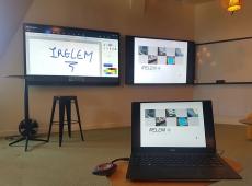 écrans dans une salle de réunion